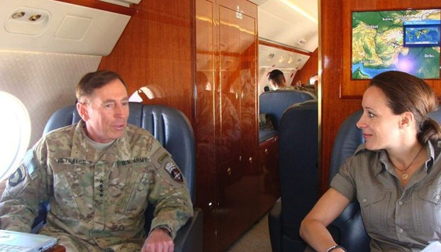 paula-and-petraeus CIA局长与情人