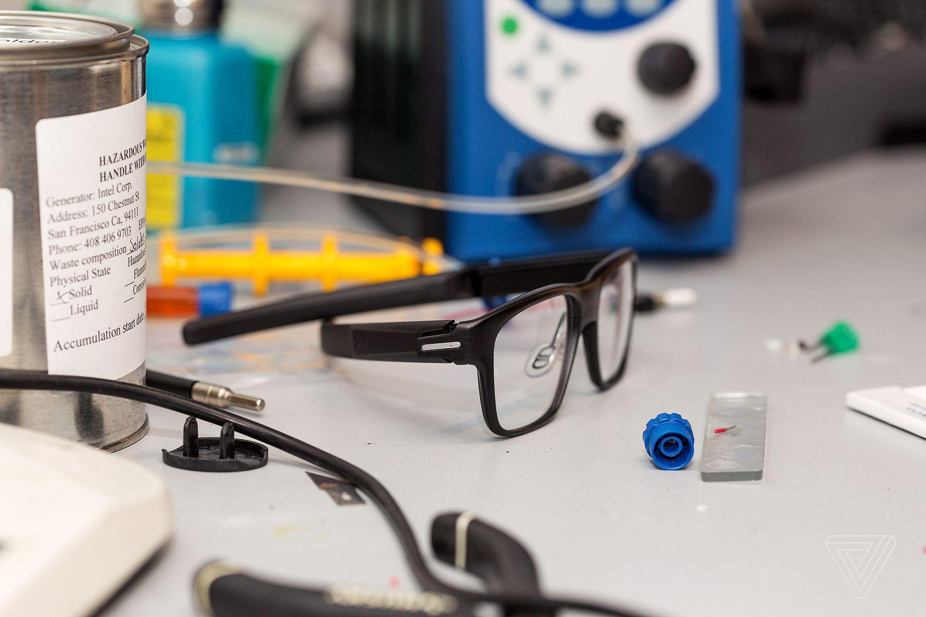 英特尔砍掉智能眼镜部门